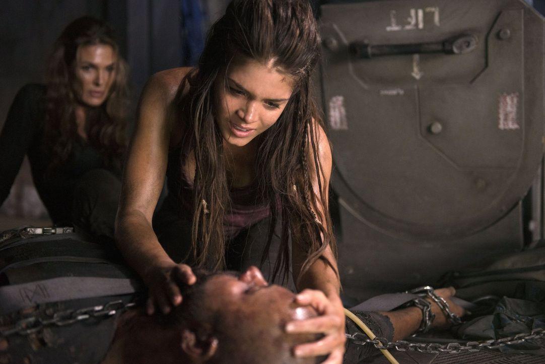 Nicht nur Octavia (Marie Avgeropoulos, oben) ist geschockt, über Lincolns (Ricky Whittle, unten) schlechten Zustand ... - Bildquelle: 2014 Warner Brothers