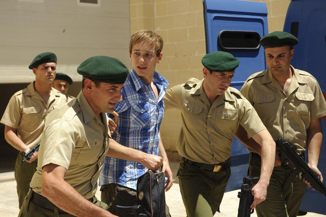 Gerät in die Mühlen einer höchst zweifelhaften Justiz: Der erst 17-jährige Marco W. (Vladimir Burlakov, M.) wird unschuldig für 247 Tage zu Drogenab... - Bildquelle: SAT.1