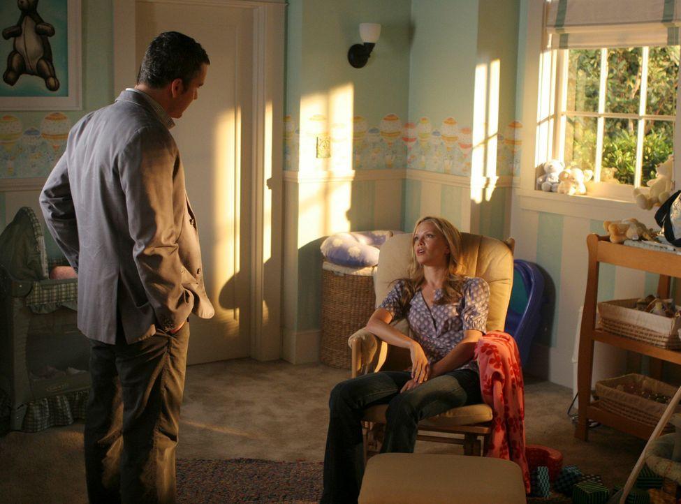Tommy (Balthazar Getty, l.) versucht Julias (Sarah Jane Morris, r.) Entscheidung, eine Weile zu ihren Eltern zu ziehen, zu verstehen. - Bildquelle: Disney - ABC International Television