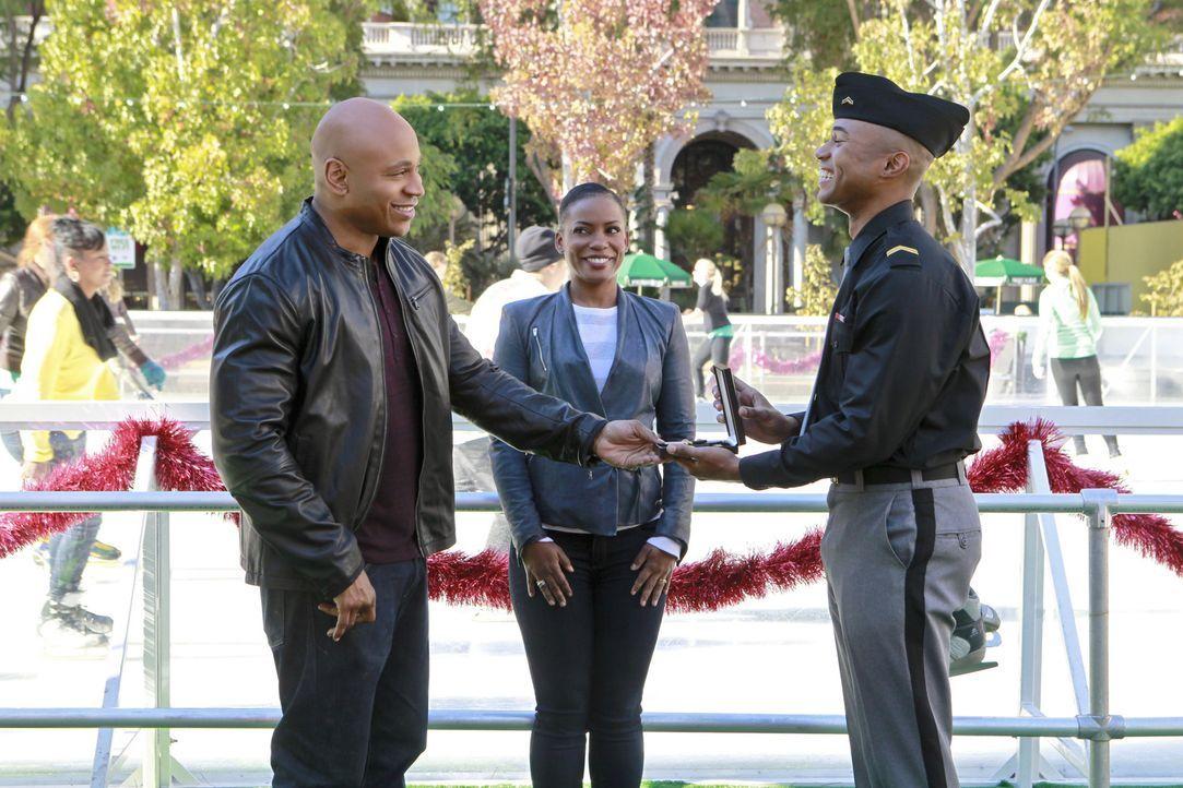 Michelle (Aunjanue Ellis, M.) hat es geschafft, Sams Sohn Aiden (Tye White, r.) pünktlich zu Weihnachten nach Hause zu lotsen. Sehr zur Überraschung... - Bildquelle: CBS Studios Inc. All Rights Reserved.