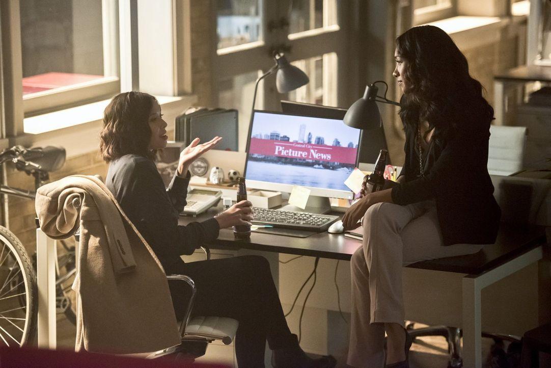 Als Dr. Light aus ihrer Zelle ausbrechen kann, muss Iris (Candice Patton, r.) besonders vorsichtig sein und ein Auge auf Linda (Malese Jow, l.) habe... - Bildquelle: 2015 Warner Brothers.