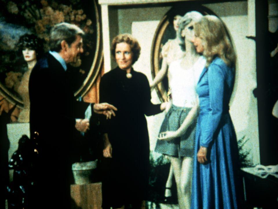 John Walton (Ralph Waite, l.) möchte Olivia (Michael Learned, r.) eine Freude machen. In einem Modegeschäft soll sie sich ein Kleid aussuchen. - Bildquelle: WARNER BROS. INTERNATIONAL TELEVISION