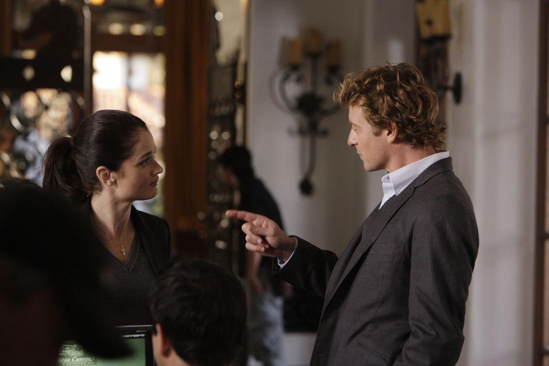 Wollen um alles in der Welt den Mörder von Claire Wolcott überführen: Patrick (Simon Baker, r.) und Teresa (Robin Tunney, l.) ... - Bildquelle: Warner Bros. Television