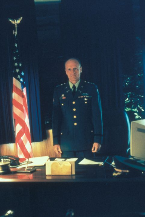 4)	General Callahan (Thomas Kopache) versucht Mulder und Scully gegenüber, den Eindruck zu erwecken, dass eine geheimnisvolle Selbstmordserie in sei... - Bildquelle: TM +   Twentieth Century Fox Film Corporation. All Rights Reserved.