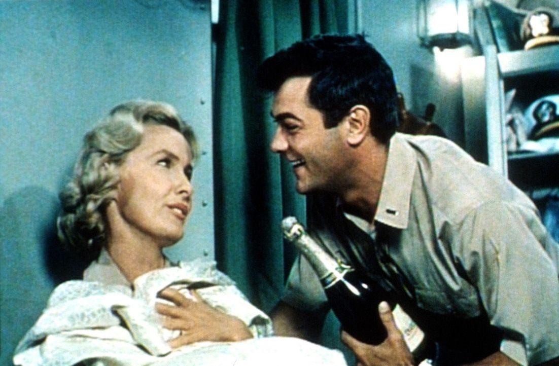 Der Krieg gegen die Japaner hält Playboy Evans (Tony Curtis, r.) nicht vom Flirten mit der hübschen Krankenschwester Barbara (Dina Merrill, l.) ab... - Bildquelle: Universal International Pictures