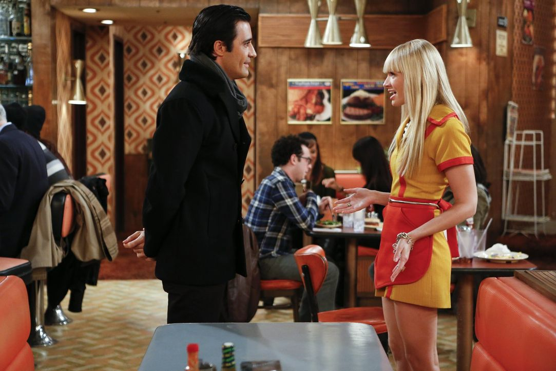 Nicolas (Gilles Marini, l.) lässt nicht locker: Er lädt Caroline (Beth Behrs, r.) zum Abendessen ein. Caroline ist zwar in den Franzosen verliebt, w... - Bildquelle: Warner Bros. Television