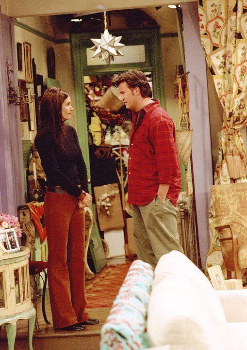 Als Chandler (Matthew Perry, r.) die verschlossene Abstellkammer heimlich aufbricht, sieht er sich einem unglaublichen Chaos gegenüber - obwohl Mon... - Bildquelle: TM+  WARNER BROS.