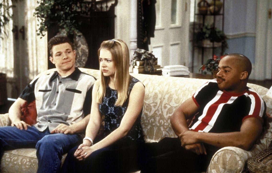 Sabrina (Melissa Joan Hart, M.) wird vor eine Entscheidung gestellt: Sie muss zwischen ihrem Freund Harvey (Nate Richert, l.) und ihrem Hexer-Freund... - Bildquelle: Paramount Pictures