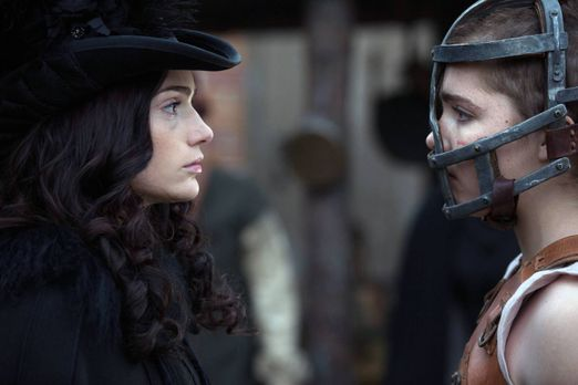 Salem - Noch ahnt Mary (Janet Montgomery, l.) nicht, dass sie sich mit Mercy...