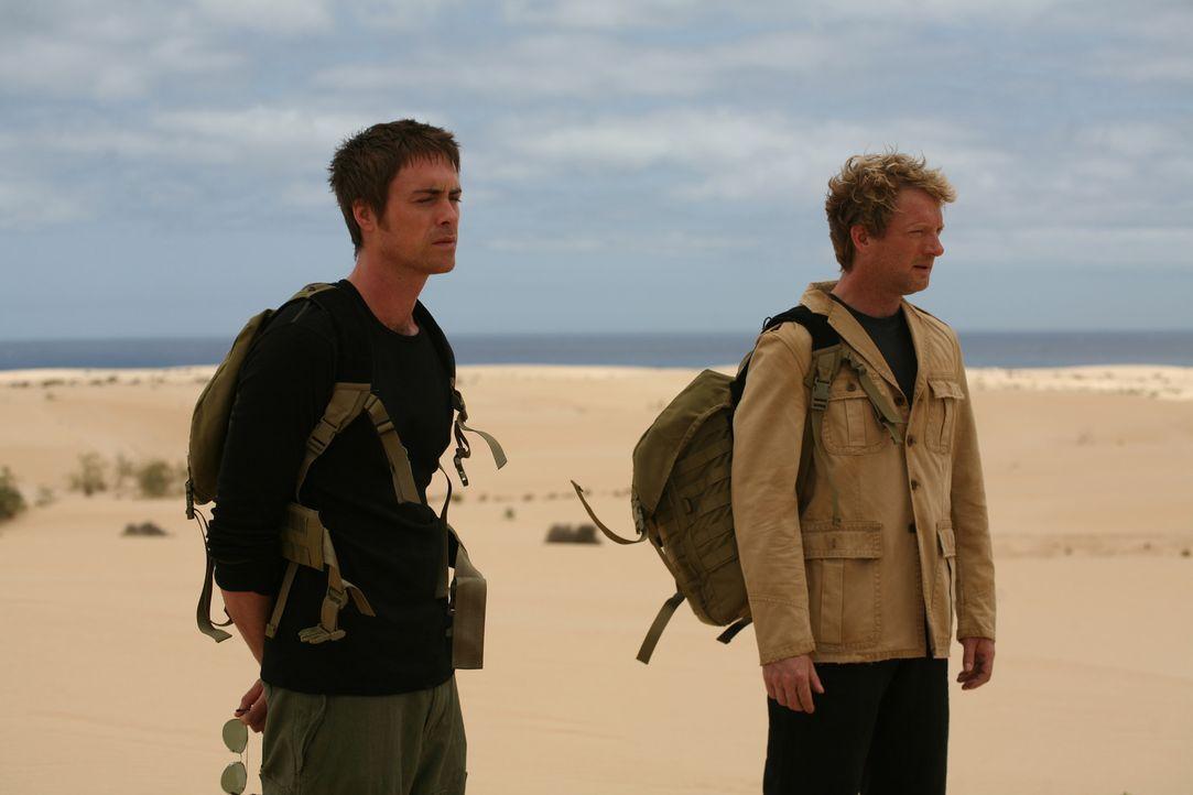 In der Vergangenheit versuchen Cutter (Douglas Henshall, r.) und Stephen (James Murray, l.), die Urzeitmonster zu zerstören ... - Bildquelle: ITV Plc