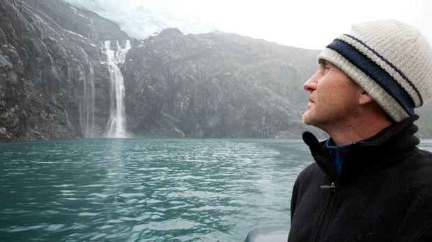 Bruce Parry bestaunt die Schönheit der Landschaft in Alaska ... © Zubin Saros...