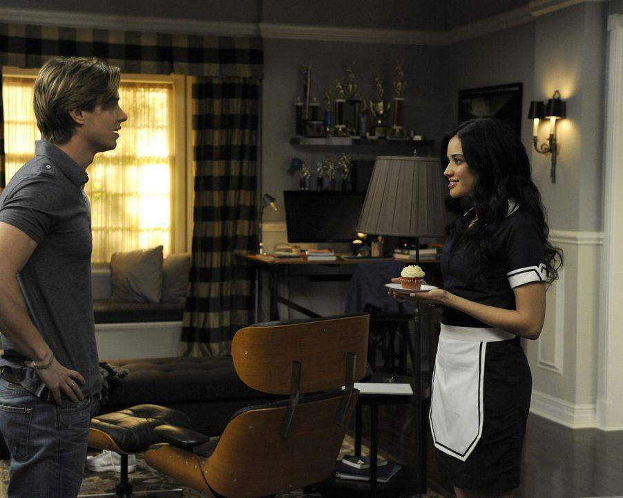 Während Carmen eifersüchtig auf Sam ist, weil dieser ein Date hat, macht sich Valentina (Edy Ganem, r.) Sorgen um Remis (Drew Van Acker, l.) launisc... - Bildquelle: ABC Studios