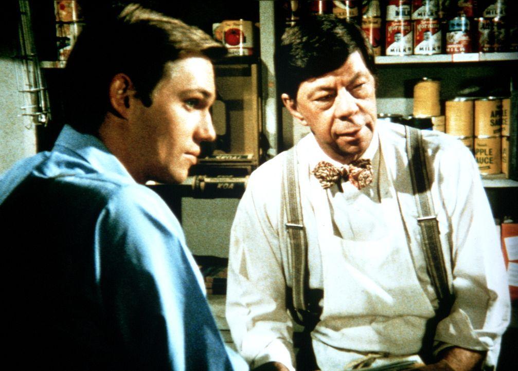 Täglich schaut John-Boy (Richard Thomas, l.) bei Ike (Joe Conley, r.) vorbei, ob eine Nachricht aus New York gekommen ist. - Bildquelle: WARNER BROS. INTERNATIONAL TELEVISION