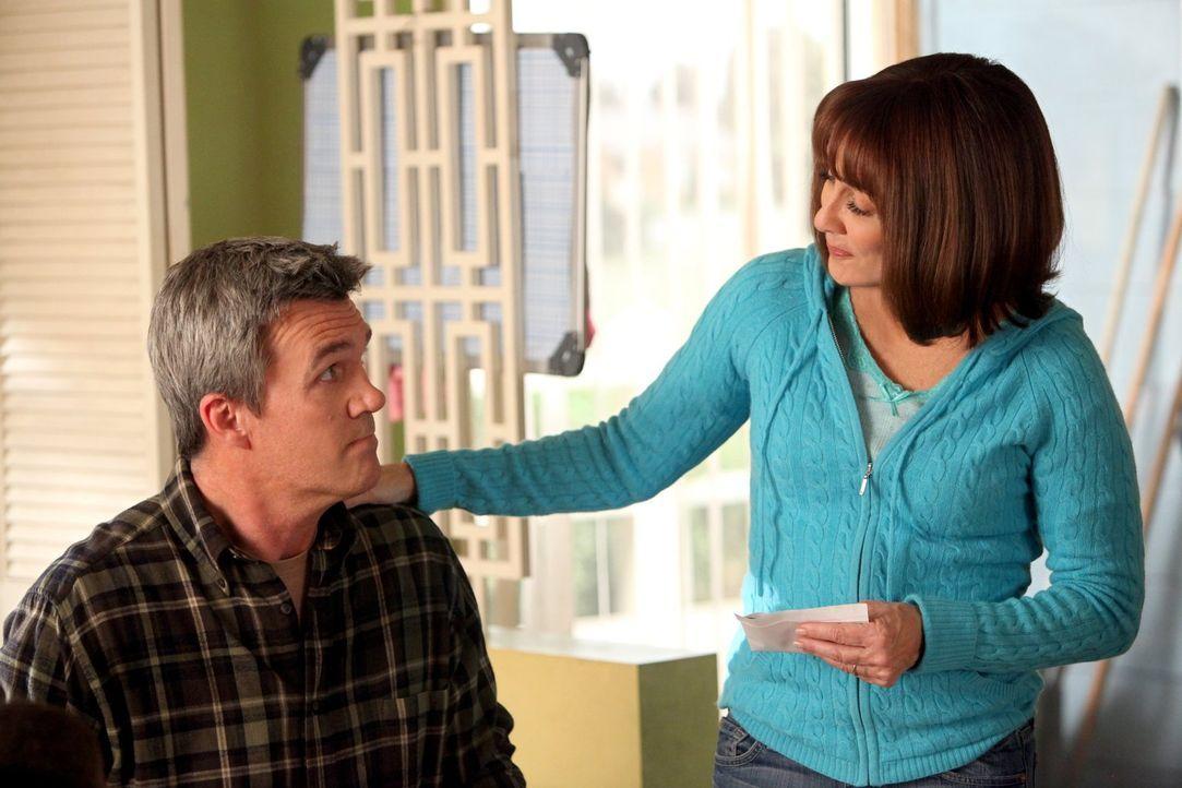 Weil Frankie (Patricia Heaton, r.) nicht mehr auf Schulveranstaltungen erwünscht ist, muss Mike (Neil Flynn, l.) für sie einspringen - mit desaströs... - Bildquelle: Warner Brothers