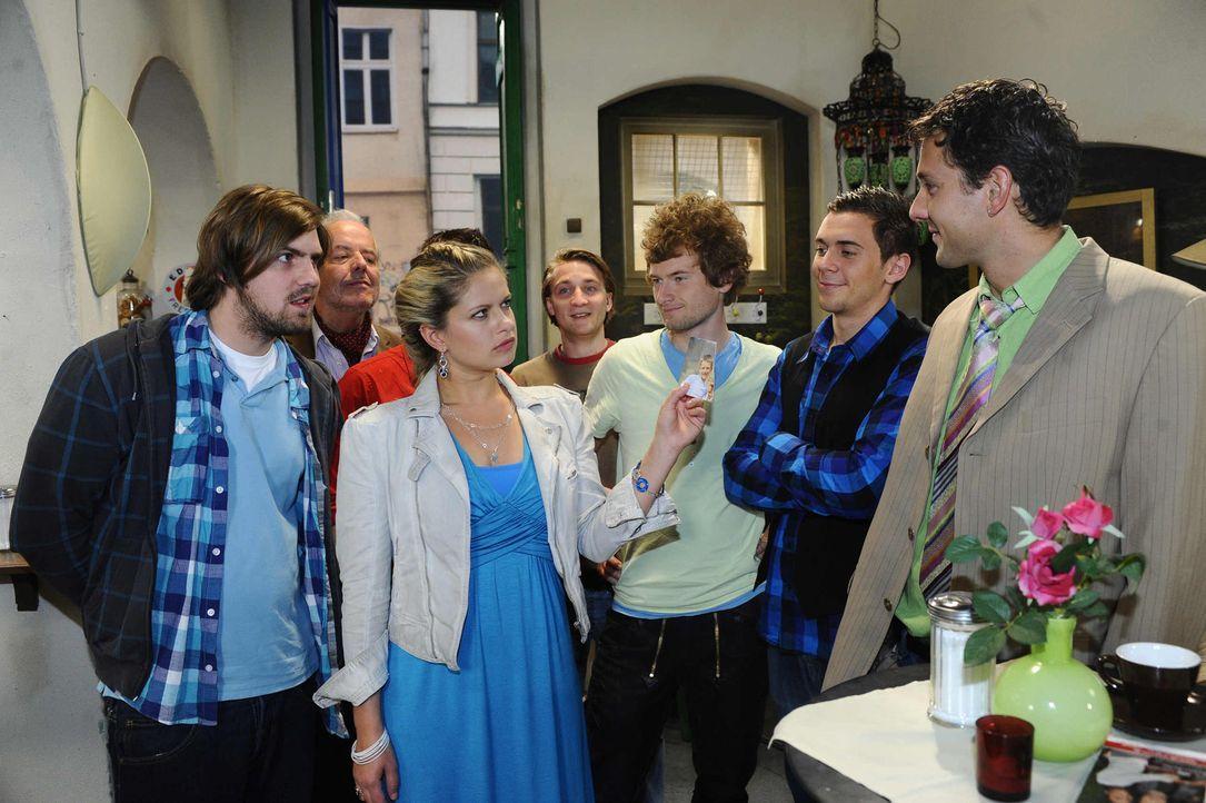 Mia (Josephine Schmidt, 3.v.l.) traut ihren Ohren und Augen nicht, als auch noch Enrique sich als Toni vorstellt ... - Bildquelle: SAT.1