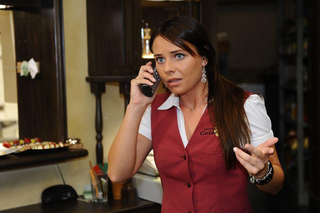 Paloma (Maja Maneiro) macht sich Sorgen um Anna, die auf der Suche nach Jonas ist ... - Bildquelle: Sat.1