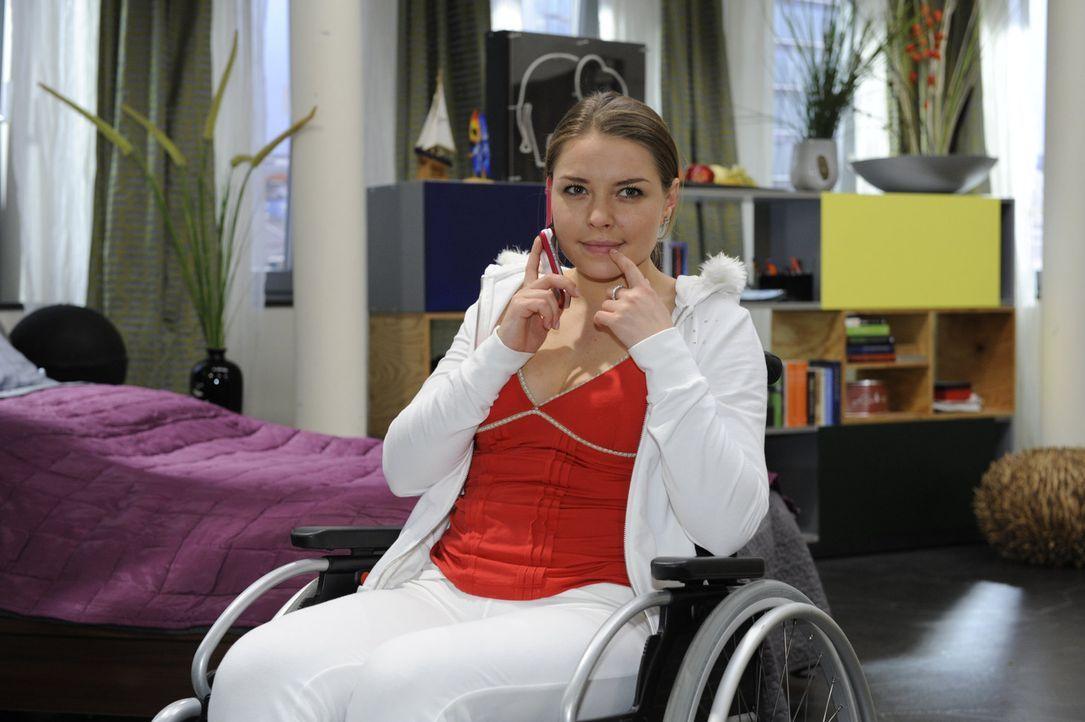 Katja (Karolina Lodyga) hat ihr Geheimnis, wieder laufen zu können, für sich behalten und arrangiert nun eine Homestory für das Fernsehen, in der... - Bildquelle: SAT.1