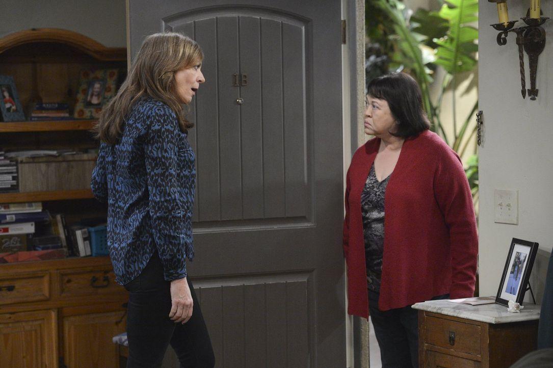 Hat genug von Beverly (Amy Hill, r. ): Bonnie (Allison Janney, l.) ... - Bildquelle: Warner Bros. Television