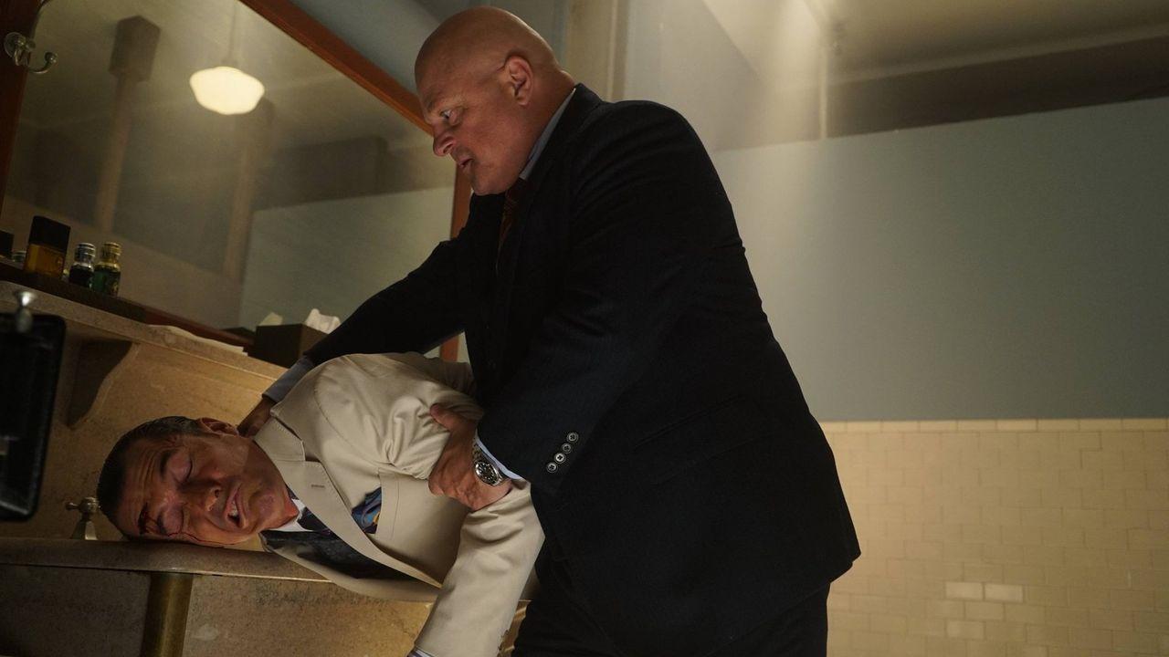 Captain Barnes (Michael Chiklis, r.) kämpft mit den Folgen einer gefährlichen Infektion, die ihn in den Wahnsinn treibt ... - Bildquelle: Warner Brothers
