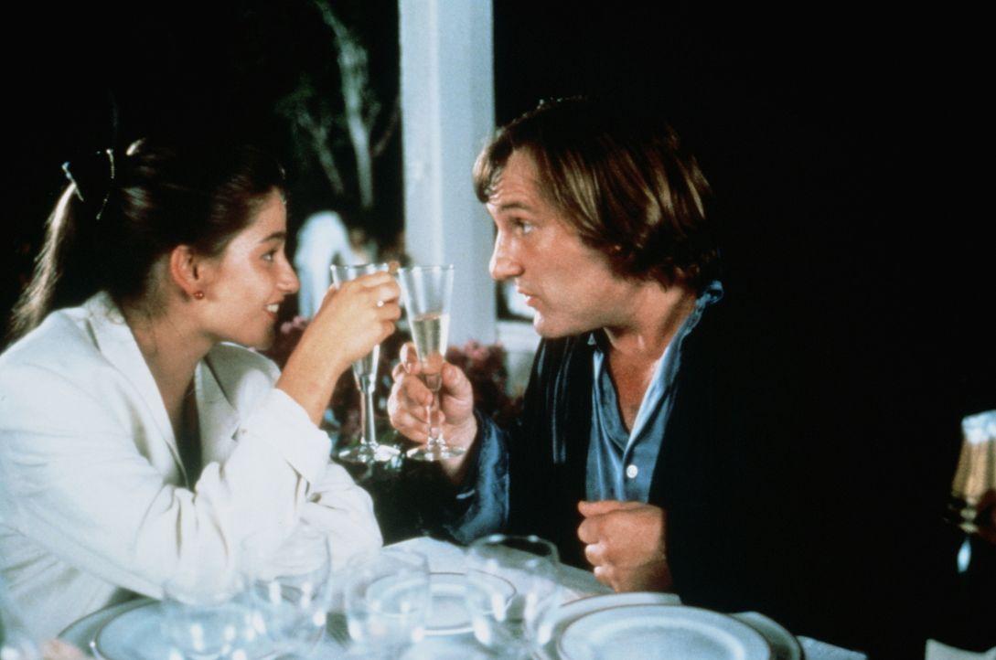 Damit Véronique (Marie Gillain, l.) die gewünschte Aufmerksamkeit von Benjamin erhält, gibt sie ihren Vater (Gérard Depardieu, r.) als ihren Liebhab... - Bildquelle: TF1 Films Productions