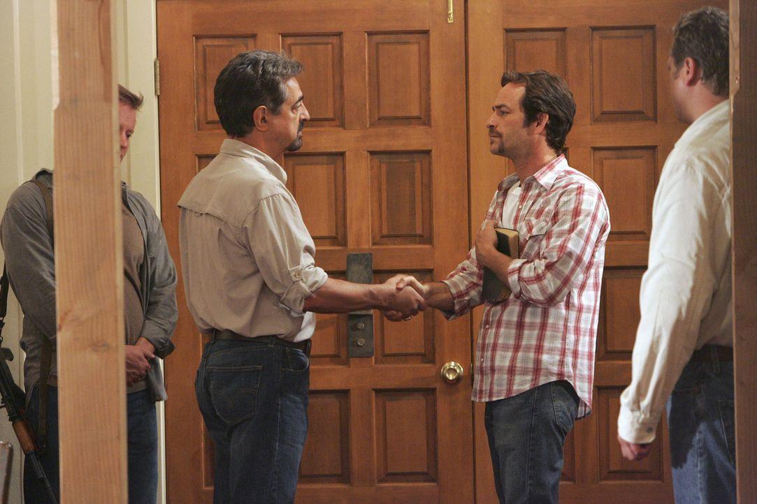 Wird Rossi (Joe Mantegna, l.) es schaffen, dass Vertrauen zum Sektenführer (Luke Perry, r.) aufzubauen, um alle retten zu können? - Bildquelle: Touchstone Television