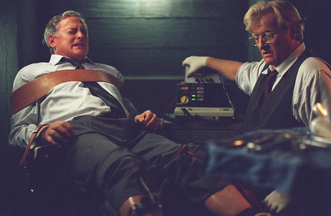 Geiger (Rutger Hauer, r.) foltert Jack (Victor Garber, l.), um herauszufinden, für wen er arbeitet .... - Bildquelle: Touchstone Television