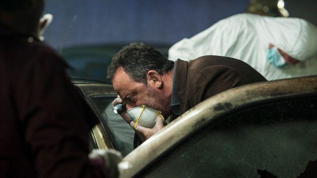 In einem verkokten Auto liegt eine Leiche. Zunächst sieht alles wie ein Unfal...