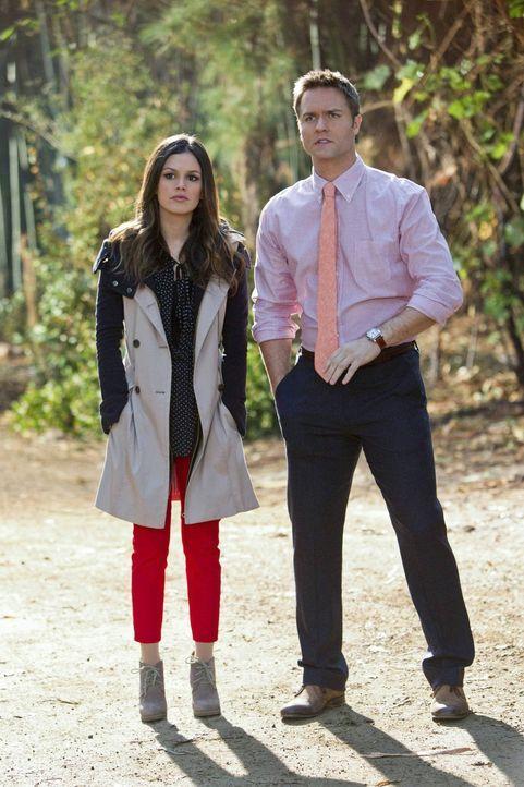 Auch, wenn Zoe (Rachel Bilson, l.) noch verhindern möchte, dass alles ans Tageslicht kommt, kann sie George (Scott Porter, r.) nicht vor allem schüt... - Bildquelle: Warner Bros.