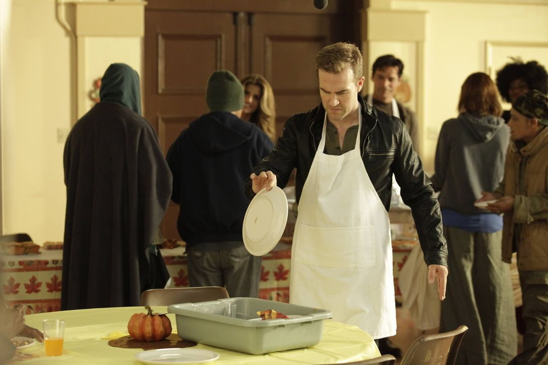 Die Wohltätigkeitsarbeit in der Suppenküche könnte so schön sein, wenn James (James Van Der Beek, vorne) nicht wirklich arbeiten müsste ... - Bildquelle: 2012 Twentieth Century Fox Film Corporation. All rights reserved.