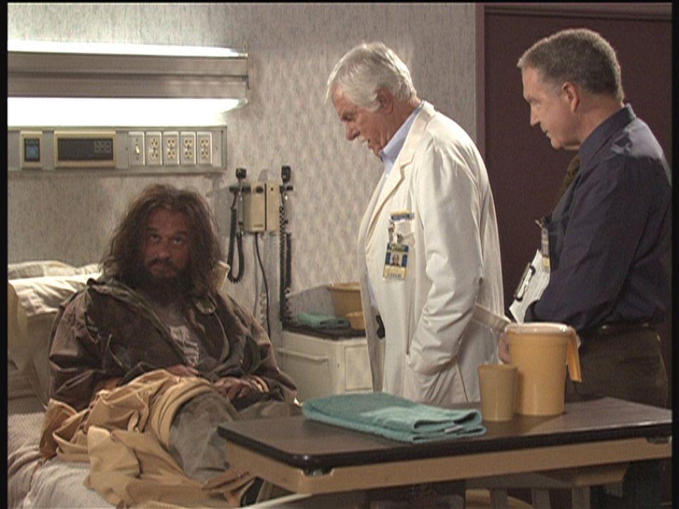 Landstreicher George (l.), der in einer unverständlichen Sprache spricht, weiß vielleicht etwas über den Mord. Mark (Dick Van Dyke, M.) und Dr. M... - Bildquelle: Viacom