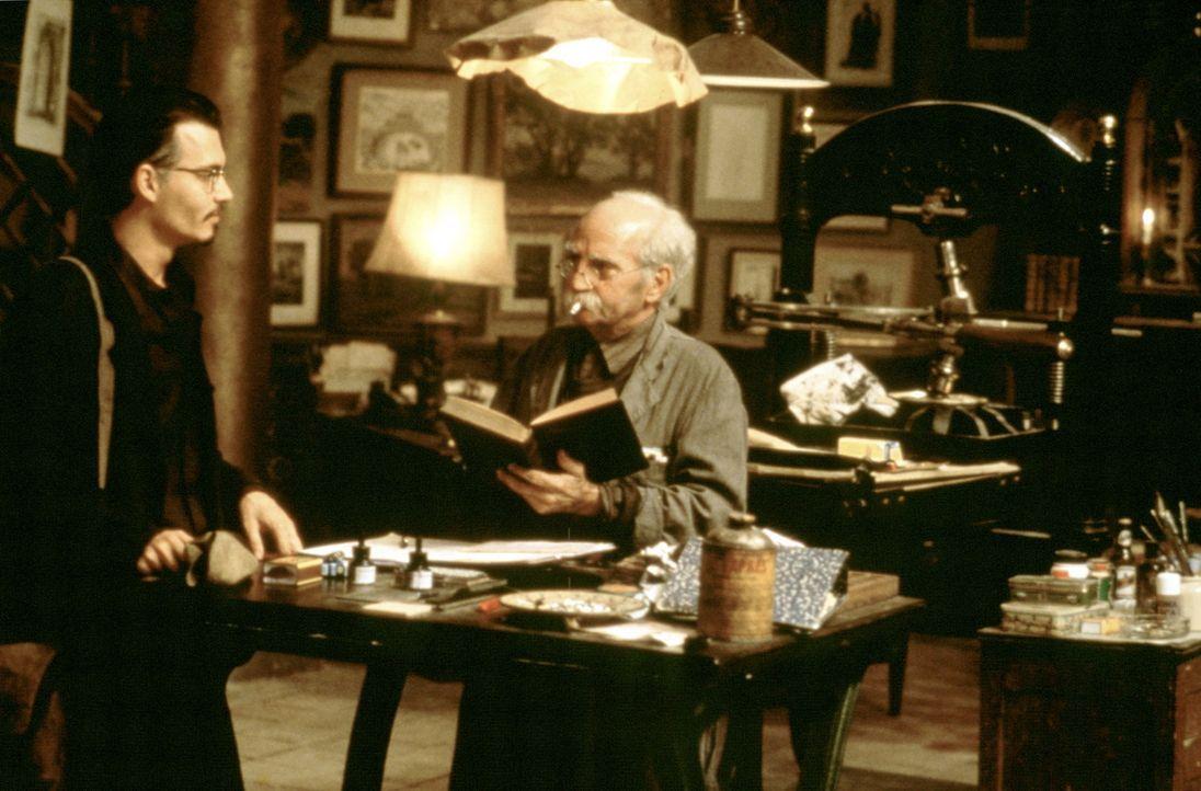 """In Italien trifft Dean Corso (Johnny Depp, l.) auf einen der drei """"Neun Pforten""""-Besitzer: Witkin (Allen Garfield, r.). Dabei macht Corso eine ersta... - Bildquelle: 20th Century Fox of Germany"""