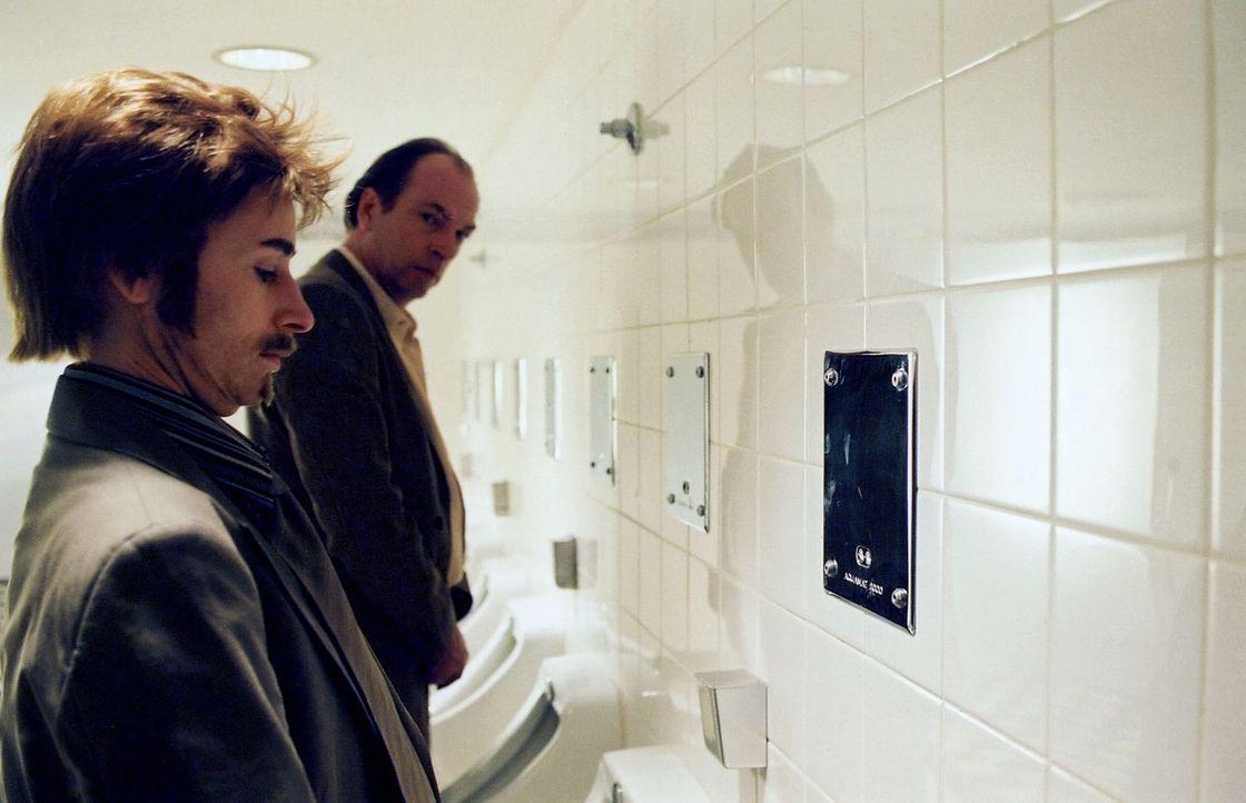 Auf der Herrentoilette erkennt Richard (Herbert Knaup, r.) Eva (Corinna Harfouch, l.) nicht. - Bildquelle: Sat.1