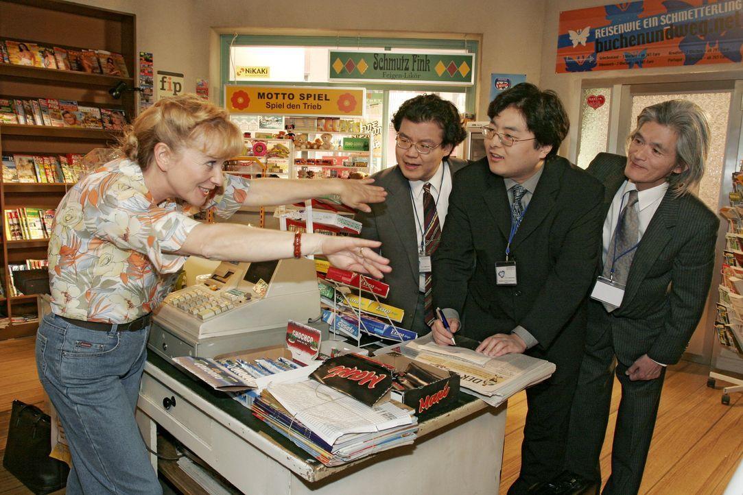 Verständigungsschwierigkeiten: Helga (Ulrike Mai, l.) muss feststellen, dass die Arbeit im Kiosk mitunter gar nicht so einfach ist. - Bildquelle: Sat.1