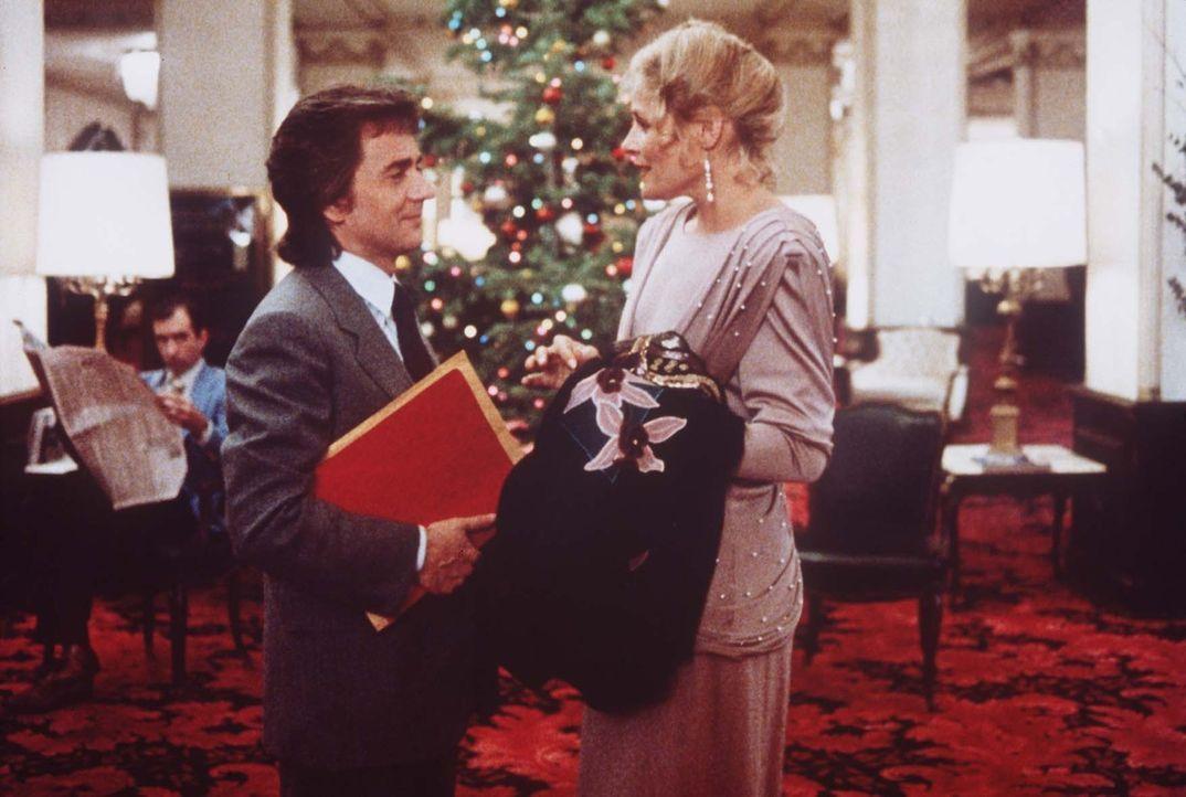 Wylies (Dudley Moore, l.) Chefin Claire (Helen Shaver, r.) findet Gefallen an dem kreativen Ingenieur ... - Bildquelle: Paramount Pictures