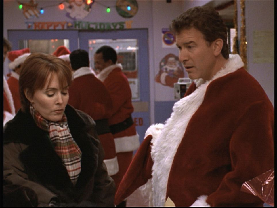 Ein Weihnachtsmann für alle Fälle. Dr. Weaver (Laura Innes, l.) bedankt sich bei ihm. - Bildquelle: TM+  2000 WARNER BROS.
