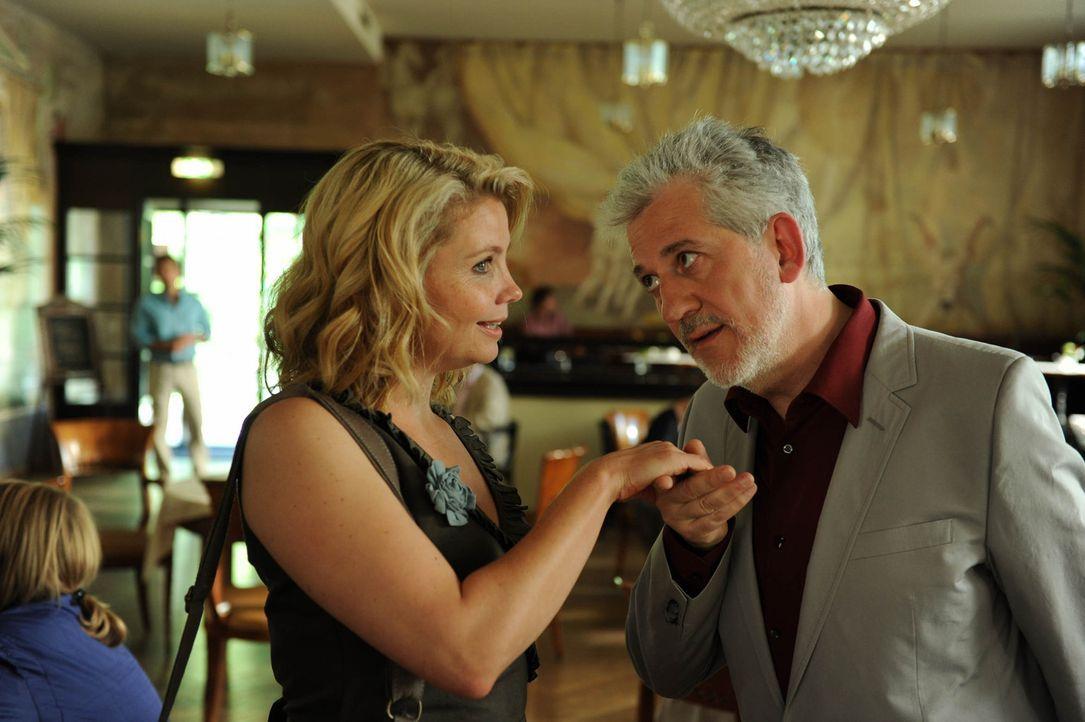 Noch ahnt Eva (Annette Frier, l.) nicht, dass nicht Paul, sondern sein Vater (Ilja Richter, r.) der Chatpartner ihrer Mutter ist ... - Bildquelle: Sat.1