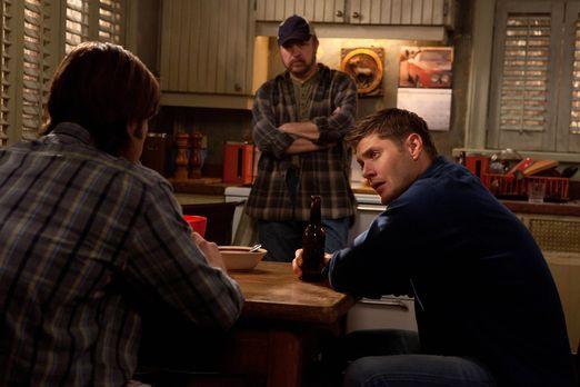 Supernatural - Zusammen wollen der neue, alte Sam (Jared Padalacki, l.), Bobb...