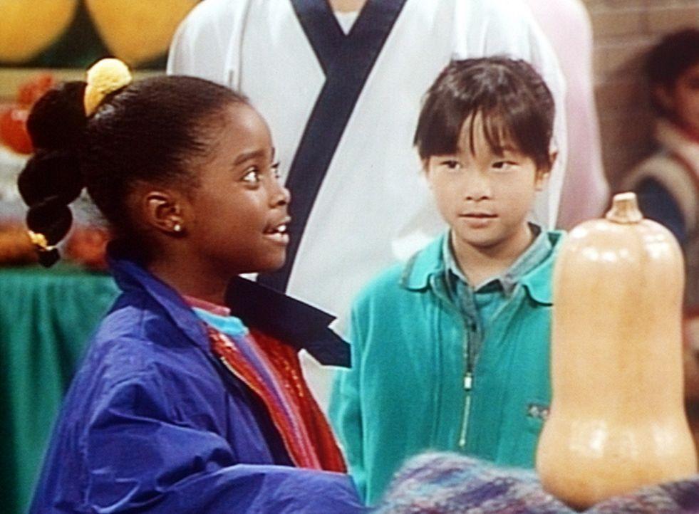 Rudy (Keshia Knight Pulliam, l.) und ihre Freundin Kim (Naoko Nakagawa, r.) bewundern Clairs preisverdächtigen Kürbis ... - Bildquelle: Viacom
