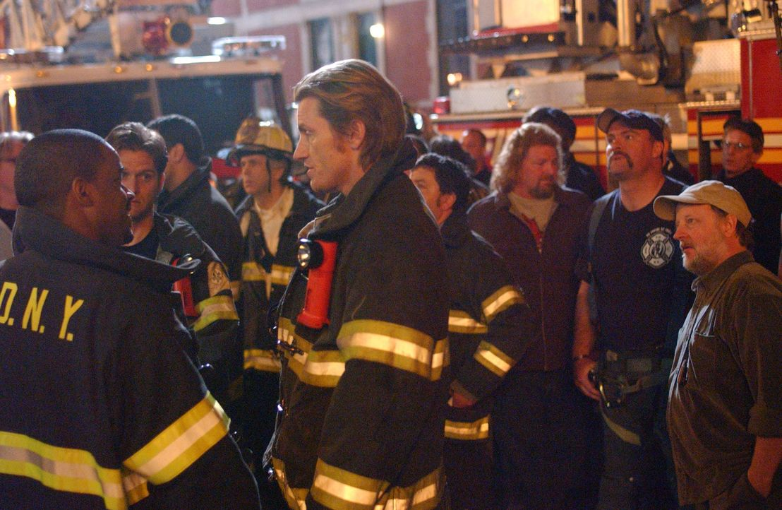 Tommy (Denis Leary, r.) und den anderen Feuerwehrmännern gelingt es bei einem Großbrand nicht, sieben Kleinkinder zu retten. Troy unterstellt Tomm... - Bildquelle: 2007 Sony Pictures Television Inc. All Rights Reserved
