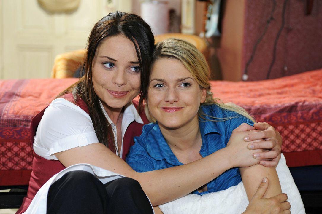 Nach einem heftigen Streit versöhnen sich Paloma (Maja Maneiro, l.) und Anna (Jeanette Biederman, r.) wieder. - Bildquelle: Oliver Ziebe Sat.1