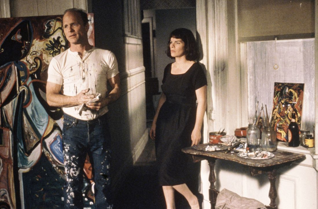 Als Jackson Pollock (Ed Harris, l.) die junge Malerin Lee Krasner (Marcia Gay Harden, r.) kennen lernt, lernt er nicht nur seine Fähigkeiten besser... - Bildquelle: 2003 Sony Pictures Television International. All Rights Reserved.
