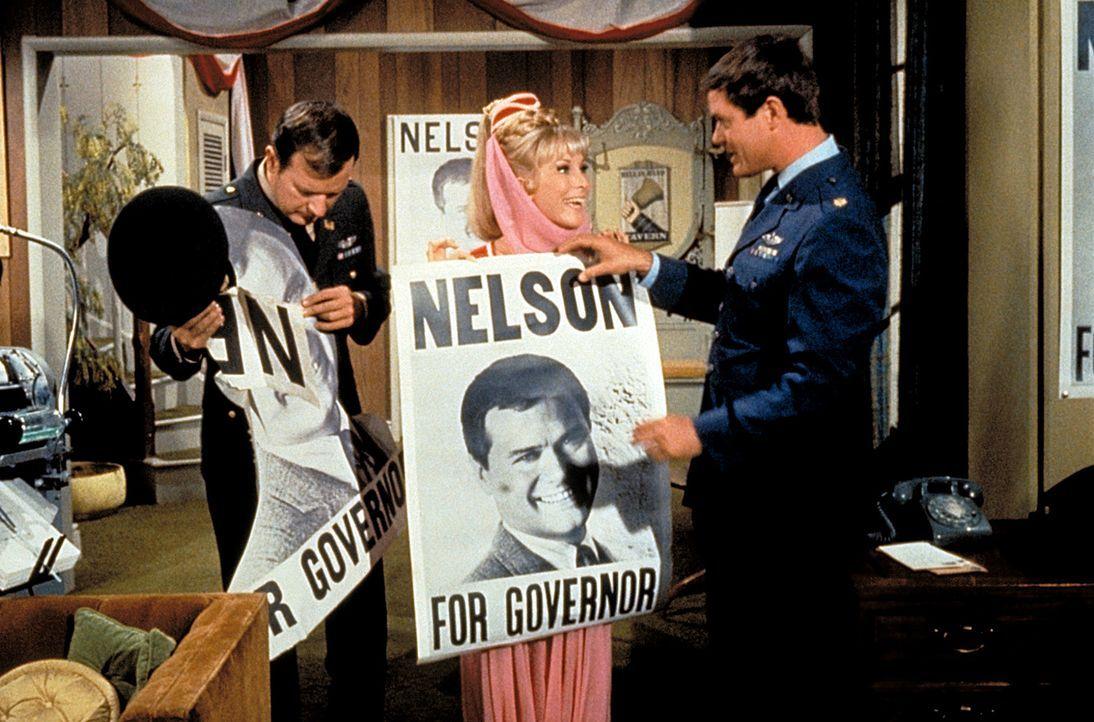 Roger (Bill Daily, l.) und Tony (Larry Hagman, r.) wundern sich über Jeannies (Barbara Eden, M.) Wahlplakate. Was hat das alles zu bedeuten? - Bildquelle: Columbia Pictures