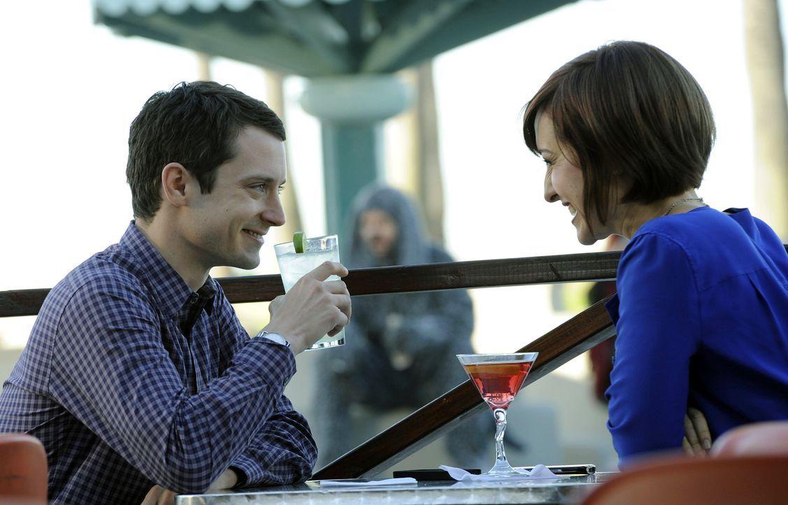 Endlich hat es Amanda (Allison Mack, r.) geschafft ein Date mit ihrem Kollegen Ryan (Elijah Wood, l.) zu ergattern. Zunächst hat er sich geziert, do... - Bildquelle: 2011 FX Networks, LLC. All rights reserved.