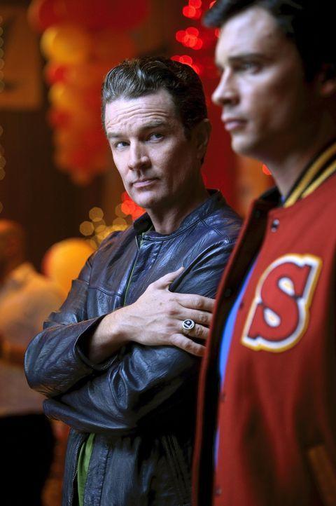 Die Reaktion von Clark (Tom Welling, r.) auf das, was ihm Brainiac (James Masters, l.) zeigt, ist unerwartet ... - Bildquelle: Warner Bros.
