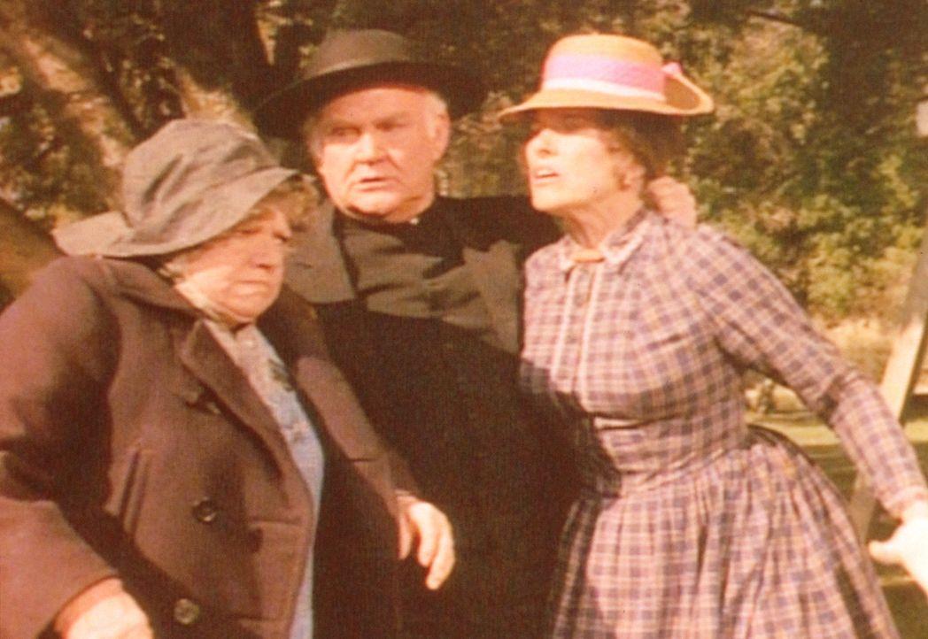 Der Geduld von Reverend Alden (Dabbs Greer, M.) ist es zu verdanken, dass Kezia (Hermione Baddeley, l.) und Mrs. Oleson (Katherine McGregor, r.) in... - Bildquelle: Worldvision