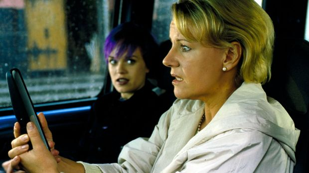Auf dem Weg zu einer Sorgerechtsverhandlung wird das Auto von Susanne Erhart...