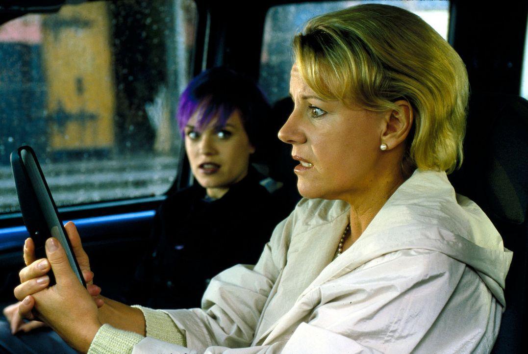 Auf dem Weg zu einer Sorgerechtsverhandlung wird das Auto von Susanne Erhart (Mariele Millowitsch, r.) und ihrer Tochter Isabelle (Friederike Kempte... - Bildquelle: Norbert Kuhroeber Sat.1
