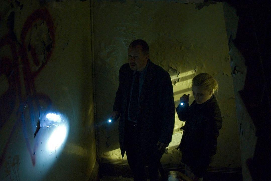 Den Detektiven Helen Westcott (Melissa George, r.) und Eddie Argo (Stellan Skarsgard, l.) bietet sich ein Bild des Grauens, als sie mehrere verstümm... - Bildquelle: Nick Wall Square One Entertainment GmbH & Co.KG