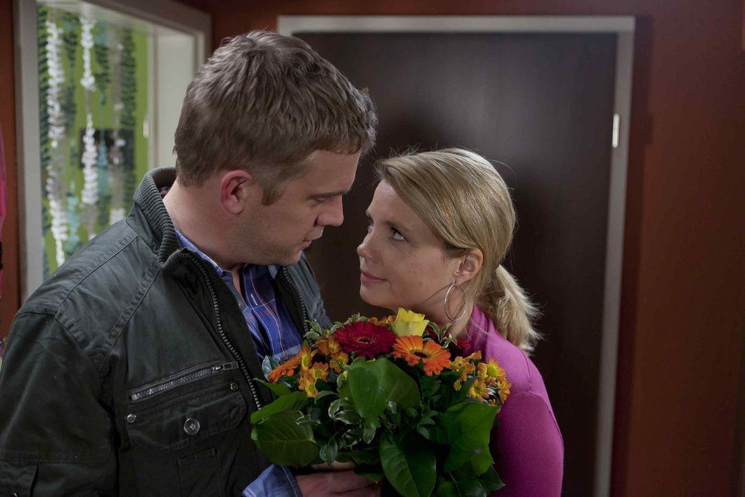 Sind glücklich miteinander, obwohl sie sich nicht immer einig sind: Danni (Annette Frier, r.) und Sven (Sebastian Bezzel, l.) ... - Bildquelle: Frank Dicks SAT.1