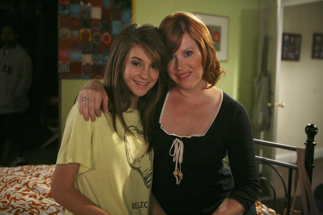 Die liebenswürdige Anne (Molly Ringwald, r.) unterstützt ihre älteste Tochter Amy (Shailene Woodley, l.) wo sie nur kann... - Bildquelle: ABC Family